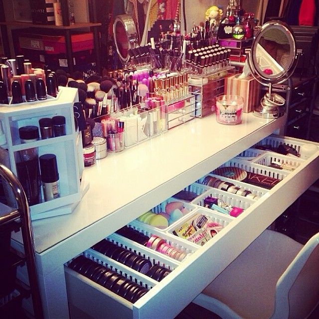 how to organize a vanity if you own loads of makeup. Great for cosplay.