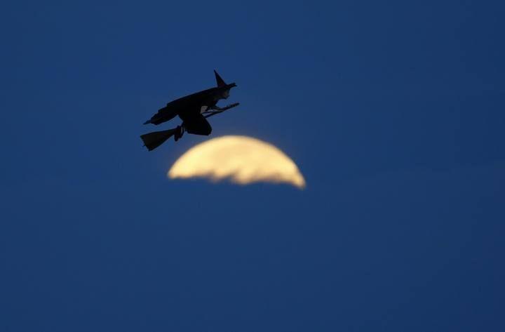 La Luna y el Sol se alinean en un extraño eclipse 'horizontal'