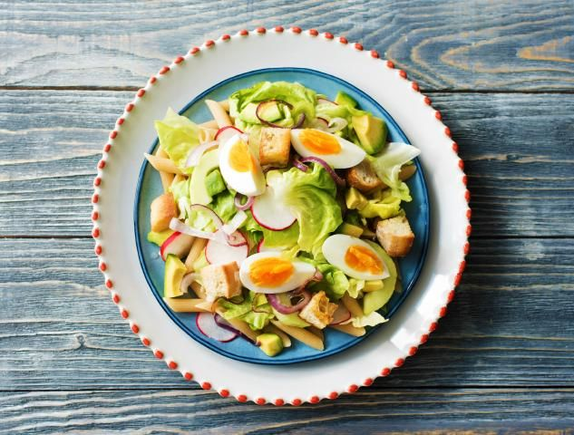 Zomerse pastasalade met meloenkomkommer, avocado en croutons