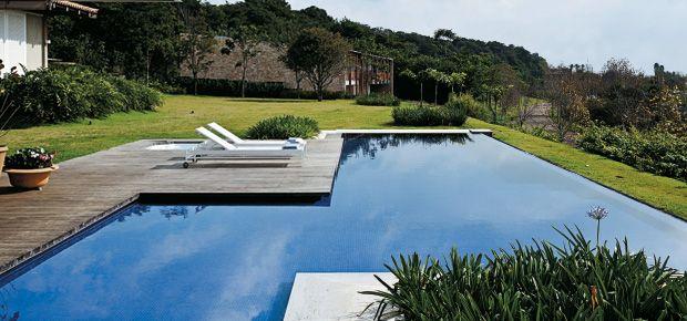 A piscina de borda infinita se funde à paisagem e torna ainda mais prazeroso o seu tempo livre. Aqui, os segredos da borda numa casa de campo do interior paulista