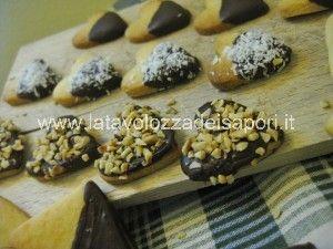 Biscotti a cuore ricoperti di Cioccolato Fondente per San Valentino   http://www.latavolozzadeisapori.it/ricette/biscotti-a-cuore-ricoperti-di-cioccolato-fondente-per-san-valentino