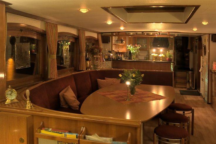 Salon Yacht Miro. Ruim en gezellig dagverblijf. Perfect voor feestjes.