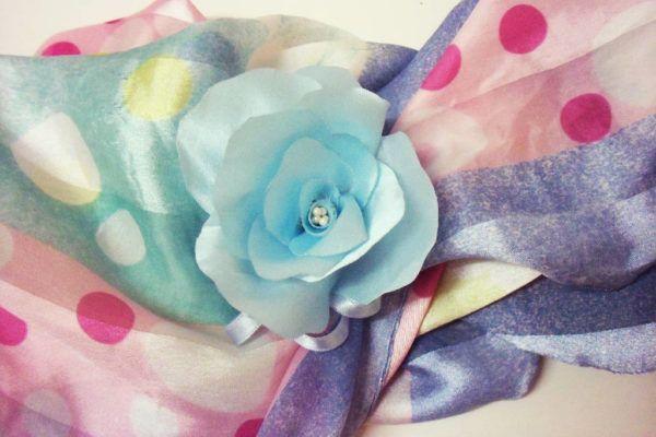 As flores de tecido encantam e adornam, em suas diversas formas e materiais. Em época de festas as flores de cetim podem fazer toda a diferença no visual. Aprenda a fazer a sua! Aqui, vamos aprender como fazer uma flor de cetim, num arranjo...