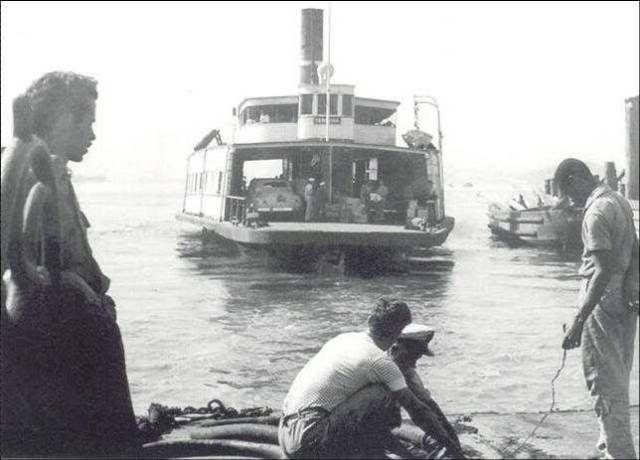 Antiga barca da Cia. Cantareira para Paquetá, Ilha do Governador e Niteroi, momentos antes de atracar no Cais Pharoux (Praça XV) -1950