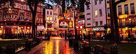 Leicester Square - Londra Leicester Square è una piazza pedonale nel West End di Londra. Al centro della piazza si trova un piccolo parco che custodisce una statua del 19° secolo di William Shakespeare, circondata da delfini