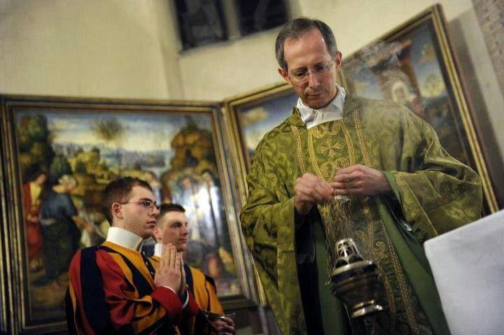 Monseñor Guido Marini, maestro de celebraciones litúrgicas del Papa...