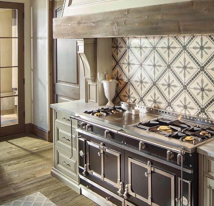 Stunning custom design by Luster Custom Homes featuring a black Château 150. #LaCornue