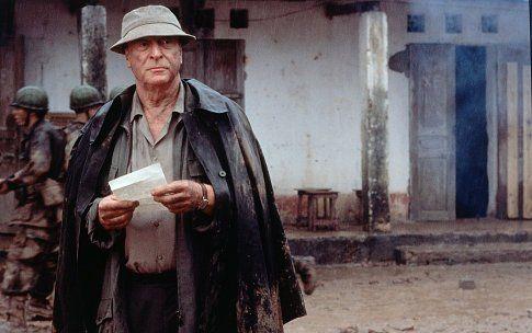Un americano impasible (2002). En 1952, Vietnam se levanta contra Francia para conseguir la independencia. En este escenario, un veterano periodista inglés (Michael Caine), un joven americano (Brendan Fraser) y una bella mujer vietnamita forman un exótico triángulo amoroso. Nada ni nadie es lo que parece en esta adaptación del clásico de Graham Greene, una historia profética sobre el amor, la traición, el asesinato y el origen de la guerra de los americanos en el sudeste asiático.