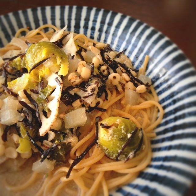昨日のはと麦のスープが残ったので、お昼はスープパスタにしてみました。  芽キャベツの色は悪くなったけど… 味はよし‼( ›◡ु‹ ) - 15件のもぐもぐ - スープパスタ by kimidori153