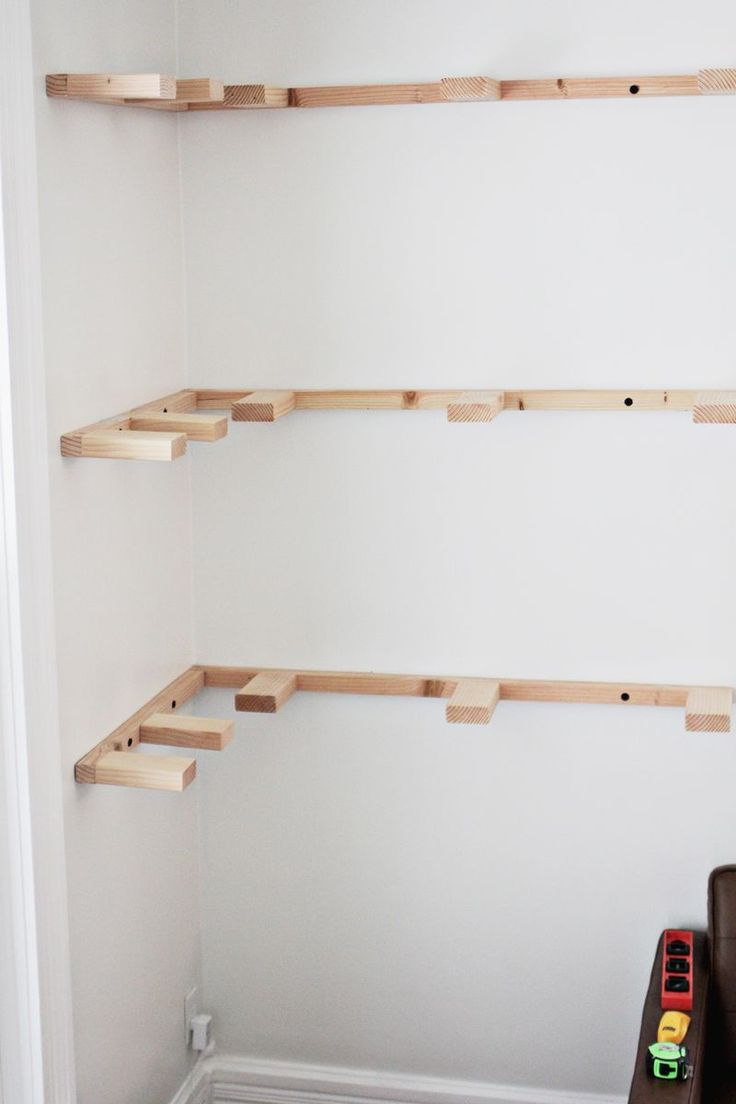 Étagères d'angle à fixations invisibles. DIY floating shelves (progress _ click through for more)