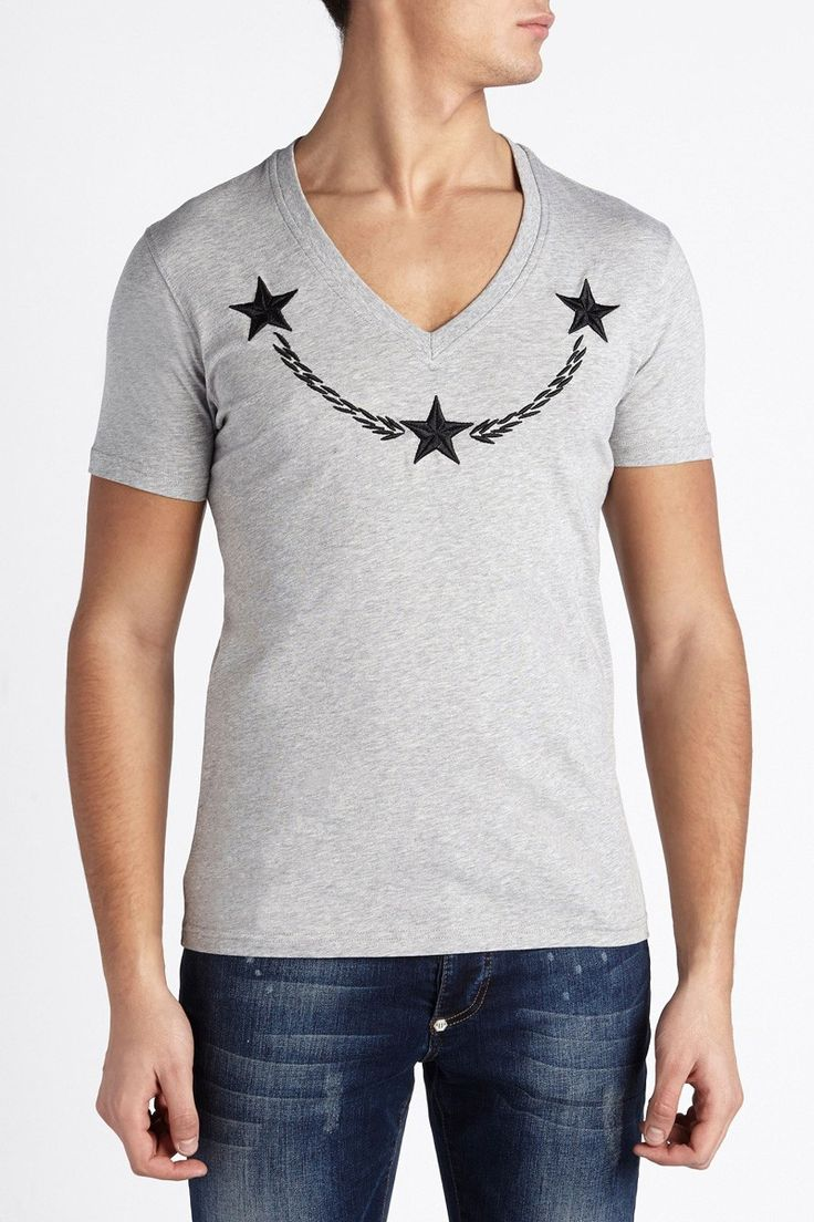 V-neck tee with embroidered stars on the front. Wear this basic tee with a blazer, a pair of jeans and your favourite sneakers. Browse the complete Philipp Plein collection online at Boudi UK. Philipp Plein is pure luxury with his latest Menswear Collection embodying the designers rebel streak, and glamorous ideals making the Philipp Plein brand instantly recognisable. FW14-HM341382