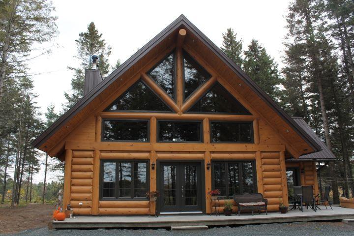 Une maison en bois rond est très impressionnant.