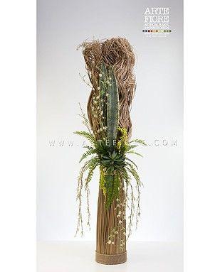 Composizione di fiori secchi e verde artificiale