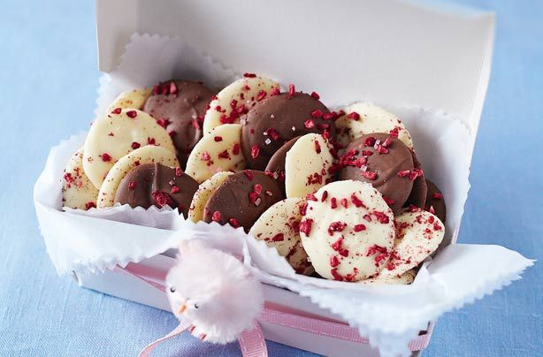 Homemade chocolate buttons make the perfect food gift for your loved ones. Give to your mum on Mother's Day or give to the kids at Easter, these chocolate treats are really simple to make in just 15 mins.