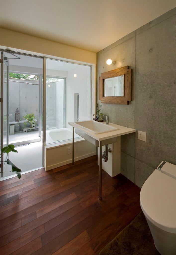 サンクンガーデンのある浴室 和風の お風呂 の アール アンド エス