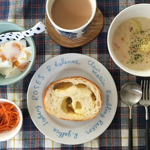 Instagram media by shutaku - 今日の朝ごはん♡  おはようございます☺︎ 今朝のメニューは、チーズフランス、クリームシチュー、キャロットラペ、牛乳寒天でした。 .  #朝ごはん#instafood#foodpic#breakfast #onthetable #igersjp #kurashiru #lin_stagrammer #デリスタグラマー #朝食#おうちごはん #おうちカフェ #クリームシチュー#堀井和子#マリメッコ#ブルーノ#クチポール#日々#食卓 #暮らし