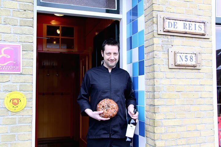Lekker nagerecht bij restaurant 'De Reis' In de maand van de 'Burenbieren' geeft Anne Torensma, kok bij Spaans restaurant 'De Reis' in Hoorn, het geheim prijs van zijn recept voor een heerlijk nagerecht waarbij de basis wordt gevormd door de traditionele krentenmik, die de buren na afloop van het Burenbier mee naar huis krijgen. Hij bedacht een makkelijk te bereiden dessert: 'Wentelteefjes van Krentenmik met honing-walnotensaus'.