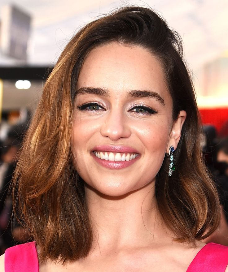 "SAG Awards – Emilia Clarke foi de delineado + sombra brilhosa – aaamo – e cabelo natural com topete tipo ""joguei e fui"""