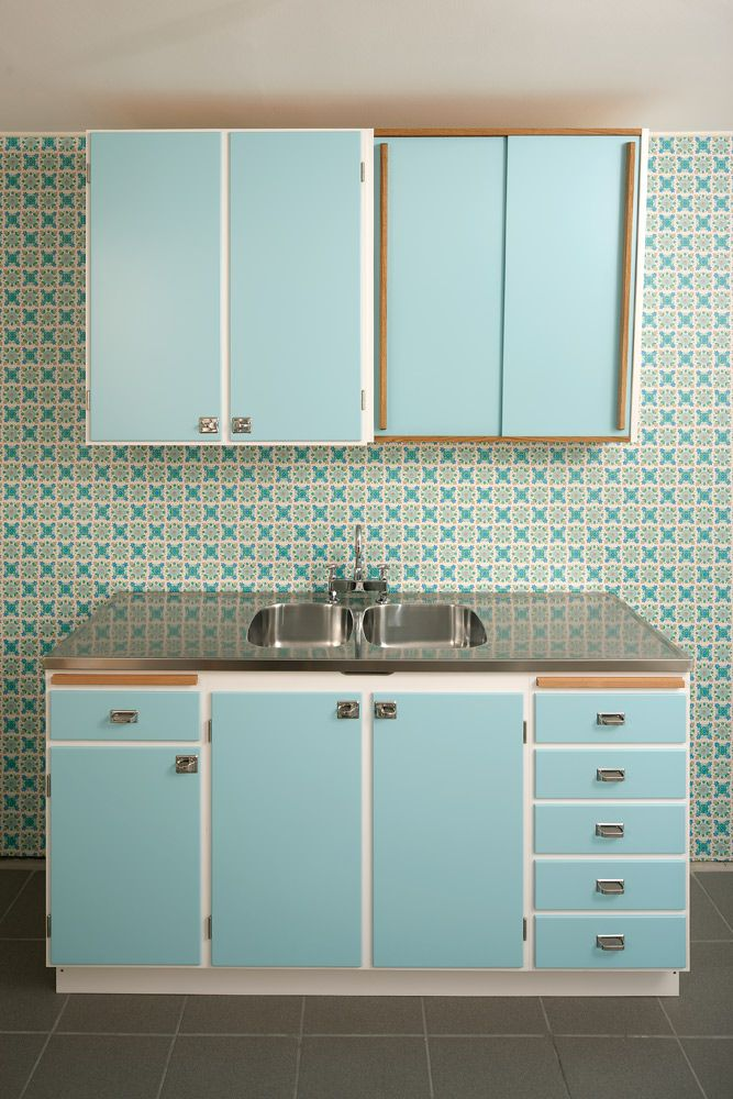 retro kitchen: Kitchens Decor, Kitchens Design, Beaches Cottages Kitchens, Blue Retro, Kitchens Retro, Kitchens Stuff, Interiors Design Kitchens, Kitchens Cabinets, Retro Kitchens