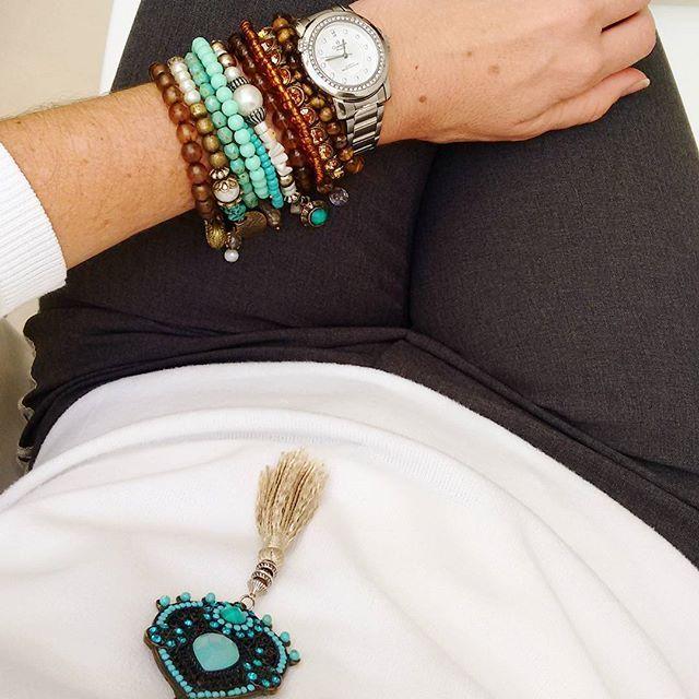 Quem foi que disse que em dias frios e com looks sóbrios não pode haver alegria e cor? 🌈 🌬 😁💟 #elausacarolgregori #pulseiras #colar #turquesa #marrom #cinza #perolas #dia #frio #cor #quente #moda #tendencia #mix #bracelets #necklace #colors #cold #day #hot #color #fashion #trend #style #instalook #ootd #instacolor #instalike #instapic #instamood