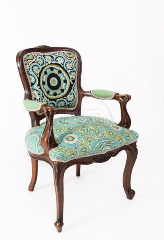 Pieza de colección  Es una silla elegante y cálida. Ideal para decorar una oficina o una estancia de la casa.  La tapicería le aporta a este estilo clásico frescura y color. El estilo Luis XV se caracteriza por la curva y la asimetría de las formas, así como por la talla de la madera. También se le conoce como estilo rococó.  Material: Madera. Tela estampada y rallas. Medidas: Alto: 88 cm Ancho: 62 cm Fondo : 56 cm