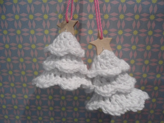 Recipe for crocheted Christmas trees (free) ... (Google Chrome will translate)... http://migogmaya.blogspot.dk/2012/12/opskrift-pa-hklede-juletrer.html