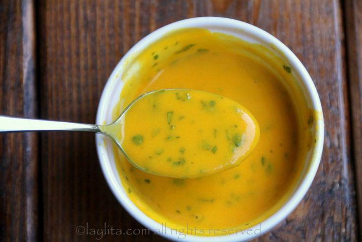 Receta para salsa picante o ají de maracuyá, es una salsa cremosa y picosa preparada con jugo de maracuyá (parchita, chinola), ajíes, jugo de limón, aceite, y cilantro.