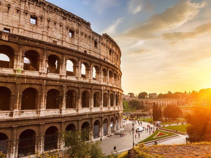 Место, где проводились знаменитые гладиаторские бои, — римский Колизей — было построено императором Веспасианом в 70-72 гг. н.э. в качестве подарка римскому народу, жаждавшему «хлеба и зрелищ».