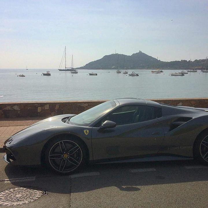 Harmonie des courbes naturelles et automobiles #ferrari #plage #agay #auto #beach #car #voiture #strand #spiaggia #sportscar #var #sud #provence #cotedazur http://ift.tt/2xDkzel