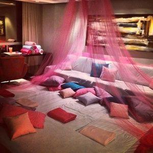 Preparar um evento em que as crianças possam brincar até cansar e depois dormir juntas, felizes da vida, é o propósito de uma festa do pijama, uma opção acessível para os pais e divertida para os filhos.