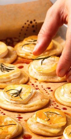 Mini Flammkuchen mit Ziegenkäse, Honig und Rosmarin