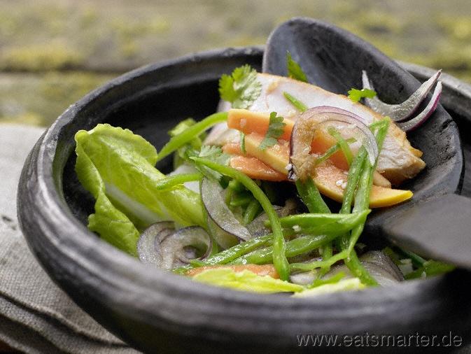 Das herbe Aroma von schwarzem Tee bringt das gewisse Etwas in den asiatischen Luxussalat: Salatschüssel mit Räucherhähnchen - smarter - und Papaya. Kalorien: 438 Kcal | Zeit: 60 min. #salad #asia