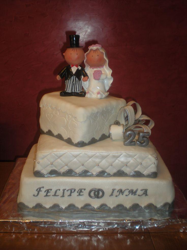 tarta de tres pisos para personas para celebrar unas bodas de plata