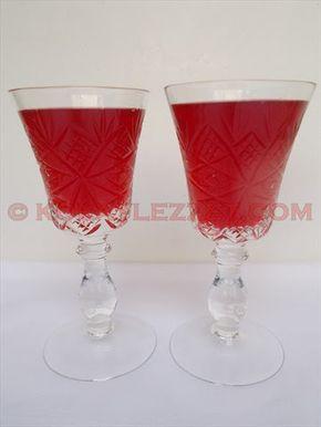 GÜL ŞERBETİ TARİFİ (Osmanlı Mutfağı) Gül şerbeti nasıl yapılır? Osmanlı saray sofralarının gözde içeceği gül şerbeti enfes rayihası, güzel görünüşü ve serinliği ile yemek arası ve sonrasında tercih edilirmiş. Ferahlatıcı, iç rahatlatıcı özelliği ile yazın sıcak günlerinde, ramazan iftar ve sahurlarında hafif bir içecek arayışını karşılayacak gül şerbetini hazırlamak çok kolay. İşte gül şerbetinin resimli tarifi…