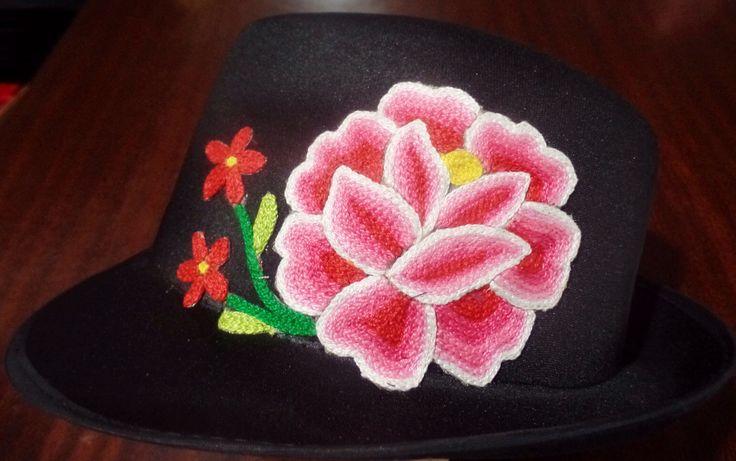 $$$ sombrero con aplicación de flor bordada a mano