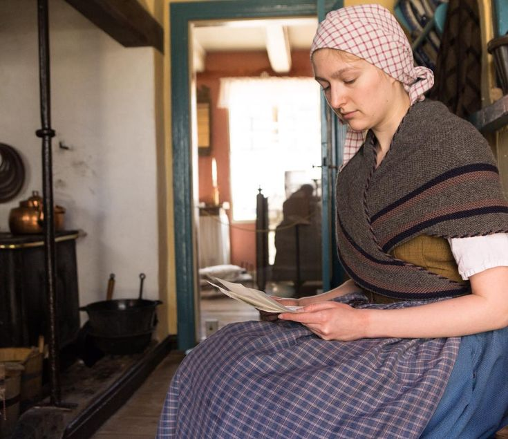 Tjenestepigen Agnethe læser brev fra sin bror, der er i krig. #dengamleby #visitaarhus #visitdenmark #1800s #dybbøl