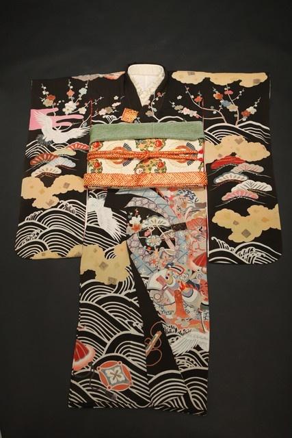 黒地雲取りと波に鶴と宝尽くし柄引き振袖&白金地鶴と橘丸文丸帯