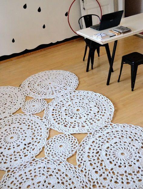 tapete de barbante croche no home office ambiente decorado circular branca…