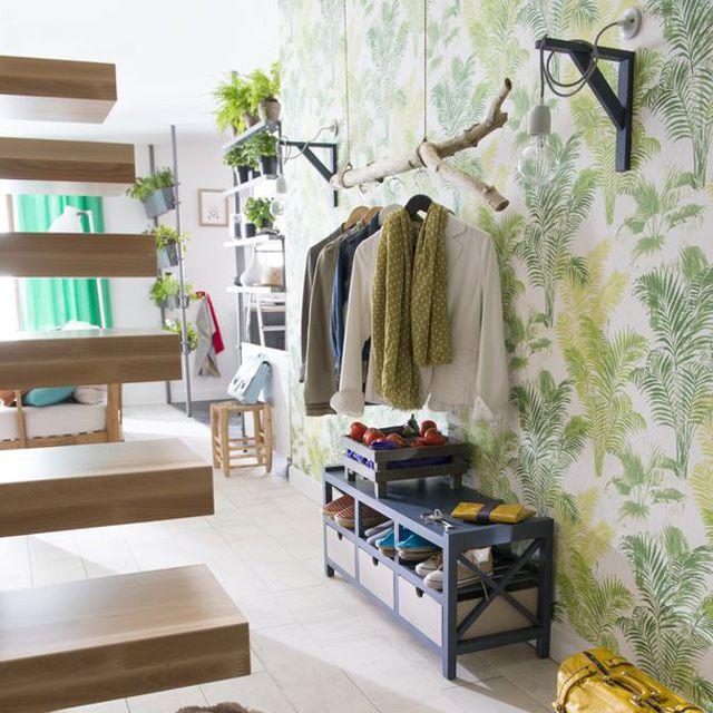 affordable une dco trs nature pour cette entre le mur tapiss duun papier peint with porte. Black Bedroom Furniture Sets. Home Design Ideas