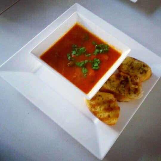 Allerhande recept. Paprika-tomatensoep, heerlijk vullende maaltijdsoep met courgette. Met rozemarijn-tijm broodjes