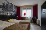 Bastion Hotel Amsterdam Amstel  Description: Het Bastion Hotel Amsterdam Amstel richt zich op gasten die persoonlijke sfeer gastvrijheid comfort goede faciliteiten en een scherpe prijsstelling wensen. Het hotel heeft 152 kamers waarvan 40 standaard 50 Deluxe kamers en 9 suites. Voor gasten is de receptie 24 uur per dag geopend. Services als wekdienst gastenwas fax/kopieerapparaat en toeristische informatie zijn hier voor u beschikbaar. Het hotel heeft een sfeervol restaurant met een…