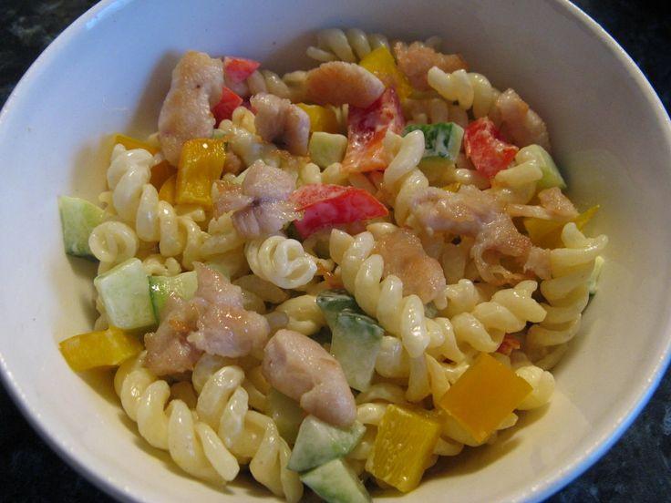 Těstoviny uvaříme, mezitím si osmažíme kuřecí maso nakrájené na nudličky. Papriky a okurku si nakrájíme na kostičky a dáme do mísy, přidáme...