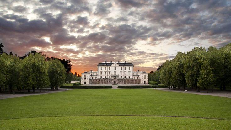 Rosersbergs slott i Stockholm är Sveriges enda kungliga slott där privatpersoner kan bo och konferera. En vacker plats för bröllop!