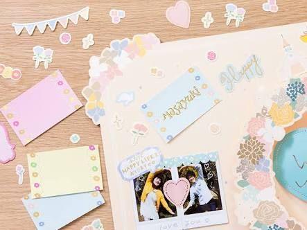 出典:http://item.rakuten.co.jp 『スクラップブッキング』という言葉を聞いたことがありますか? スクラップブッキングとは、写真を台紙にレイアウトし、ステッカーやカラフルなペーパーの飾りを使って作るクラフトのことです。 結婚式では、素敵な写真をたくさん撮ることでしょう。 せっかくならお気に入りの写真を可愛く飾って、大切な人にプレゼントしてみませんか? 新郎新婦から結婚式へ来てくれたゲストへ後日プレゼントしてもいいですし、逆にゲストから新郎新婦へプレゼントしても喜ばれる、オシャレなスクラップブッキングのアイデアをご紹介します! 1.『お花×LOVEの文字』 出典:http://eyeztime.mie1.net 真ん中に一枚写真を置き、まわりに青い花とLOVEの文字をレイアウトしたスクラップブッキング。 黄緑で縁取られたハートもワンポイントになっています。また、写真の下に黄緑色のペーパーを敷くことで全体に統一感を出しています。 2.『Family Weddingの文字×メッセージ』…