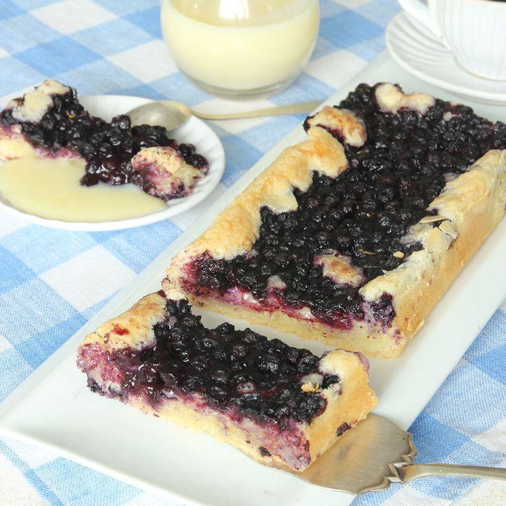 Favoritkaka! Lättbakad blåbärskaka med lite segmjuka, frasiga kanter som bakas utan bakpulver.