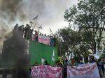 Jumat ini ribuan mahasiswa di 50 daerah berunjuk rasa  JAKARTA (Arrahmah.com)  Hari Jumat (26/5/2017) jelang Ramadhan 1438 H ini ribuan mahasiswa dari lima puluh daerah di seluruh Indonesia gelar unjuk rasa menuntut pencopotan Kapolres Jakarta Pusat. Unjuk Rasa ini adalah protes terhadap tindak kekerasan aparat saat membubarkan Aksi KAMMI (Kesatuan Aksi Mahasiswa Muslim Indonesia) di depan Istana Merdeka Rabu (23/5/2017)  Dalam siaran persnya Ketua Umum PP KAMMI Kartika Nur Rakhman…