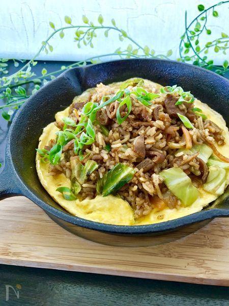 神戸の名物、ぼっかけそば飯を、こてっちゃんコク味噌味と蒟蒻で簡単に再現。  スジ肉のトロトロ感とはまた違った、こてっちゃんの歯ごたえが美味しいそば飯です。  「こてっちゃんレシピコンテスト」でグランプリをいただきました。