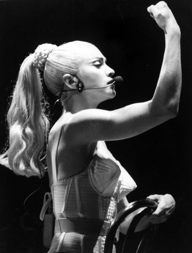 Madonna portant un corset Jean Paul Gaultier en 1990 http://www.vogue.fr/thevoguelist/jean-paul-gaultier-1/260