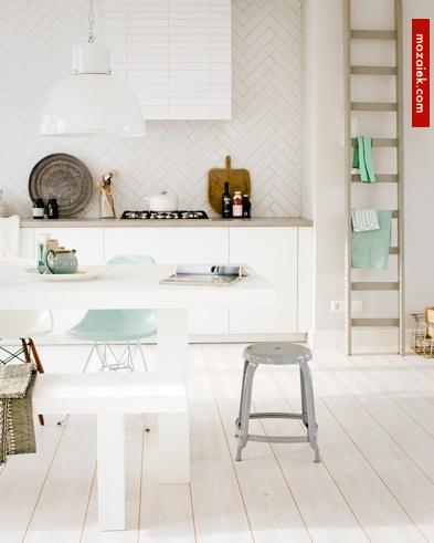 wit wit witter | vloer met keramisch hout | VTwonen tegels Douglas Jones verkijgbaar via mozaiek utrecht