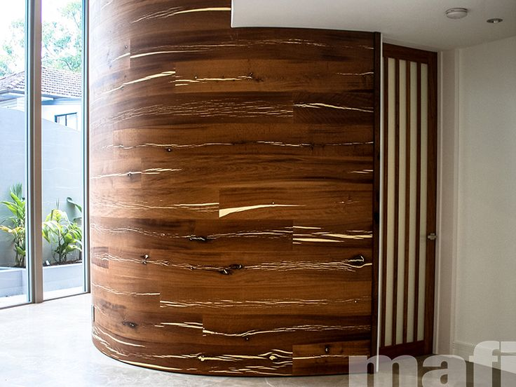 Mafi curved natural wood boards in Tiger Oak White Brushed Natural Oil were selected by Paul Clout Design to create a striking feature wall in the entryway of this Queensland home.